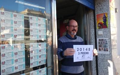 El propietari de l'administració mostrant el número guanyador | Pere Gallifa
