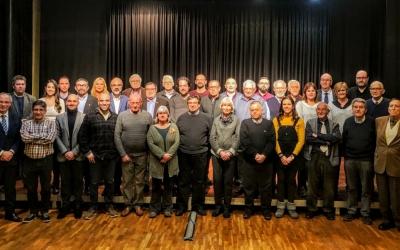 Els regidors del primer govern post-franquista amb alguns regidors de l'Ajuntament a