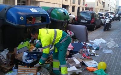 Un operari d'Smatsa recollint cartrons en un contenidor | Smatsa