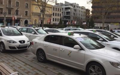 Mobilització dels taxis de Sabadell als voltants de l'Ajuntament   Arxiu