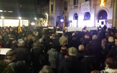 centenars de persones s'apleguen a la plaça Dr. Robert per protestar contra el trasllat a Madrid dels presos polítics | Pau Duran