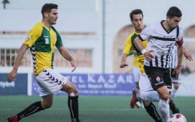 El capità de l'Ontinyent i autor del segon gol, Juanan, condueix entre Adri Cuevas i Josu | Ontinyent CF
