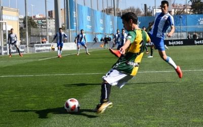 Josu Ozkoidi prova una centrada en una de les incoporacions ofensives del lateral esquerrà avui a Sadrià| Críspulo Díaz