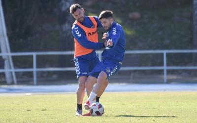 Delmonte pugna per una pilota amb Antonio Domínguez durant un entrenament | Roger Benet