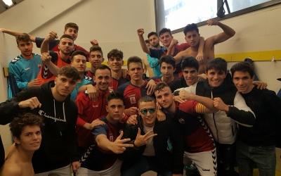 Els jugadors celebren la victòria després del partit   CE Mercantil