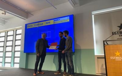 Els organitzadors de l'Embassa't en el moment de rebre el premi | Arnau Solsona