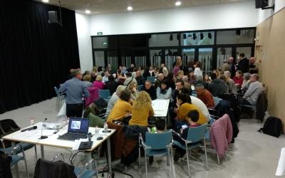 Treball en grups durant la trobada entre Ajuntament i veins | Helena Molist