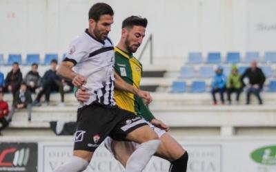 Pajarero pugna amb un rival a El Clariano | @OntinyentCF