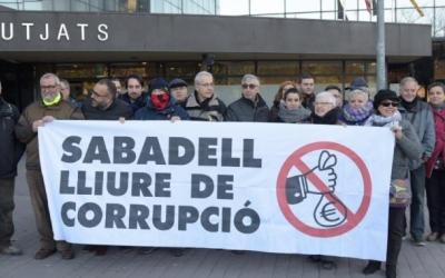 Una vintena de persones protestant pel cas davant dels jutjats | Arxiu