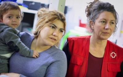 Una demandant d'asil amb una tècnica de Creu Roja/ Creu Roja Sabadell