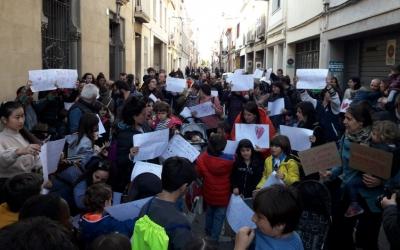 Les famílies de La Trama es van concentrar ahir a la tarda davant del Centre/ Cedida José González