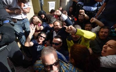 Juli Fernández entre els concentrats a les portes de la casa de Joan Ignasi Sanchez | Roger Benet