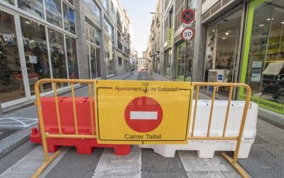 El carrer Sant Pere, tallat per obres/ Roger Benet