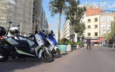 Dues unitats de la Policia Municipal al Passeig   Roger Benet