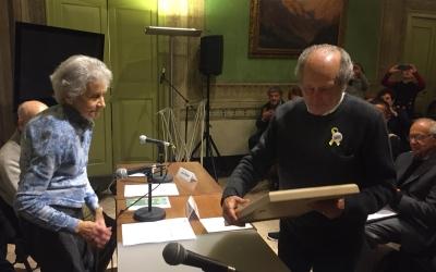 Montserrat Salvat, presidenta de l'Institut Víctor Seix, entrega el premi a Miquel Rivera | Ràdio Sabadell