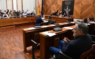 Els regidors presents al Ple, votant els canvis de la plantilla/ Roger Benet