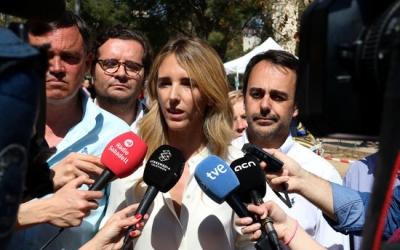 Cayetana Àlvarez atenent els mitjans, Esteban Gesa a l'esquerra de la imatge | ACN