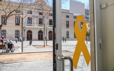Imatge d'un llaç groc en un edifici municipal de la plaça Sant Roc | Roger Benet