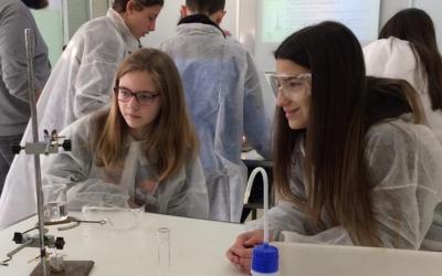 Dues alumnes a la classe de Química| Cedida