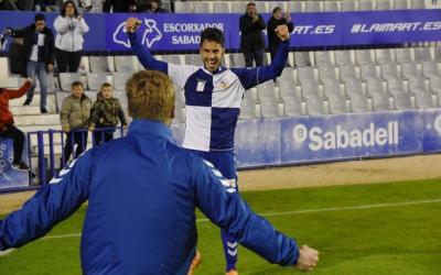 Néstor Querol celebra amb Romans Carrillo el segon gol arlequinat ara fa una volta contra l'Hércules | Críspulo Díaz