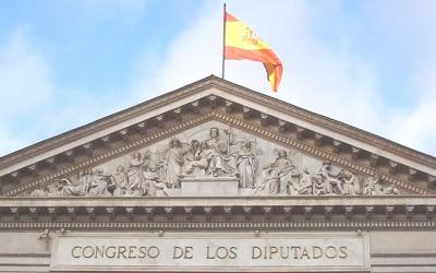 Timpà de la façana principal del Congrés espanyol | By Luis García, CC BY-SA 3.0, https://commons.wikimedia.org/w/index.php?curid=488618