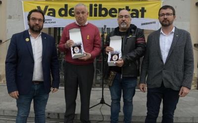 El marit de Forcadell, Bernat Pegueroles, i el cosí de Cuixart, Pep Navarro, amb Santi Valls i Juli Fernández | Roger Benet