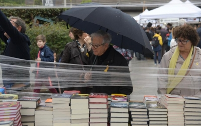 Sabadellencs mirant llibres a la plaça del Doctor Robert | Roger Benet