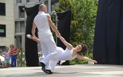 Moment de l'actuació de les Escoles de Dansa Mònica Escribà, que ha realitzat una coreografia sobre la violència de gènere   Roger Benet