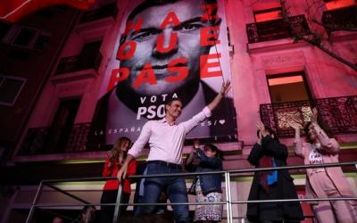 Pedro Sánchez saludant els seus votants a Ferráz | ACN