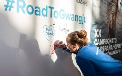 Marina Garcia, signant el plafó de les mínimes de Gwangju | CNS