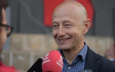 El president Calzada atenent als micròfons de Ràdio Sabadell a Olot | Roger Benet