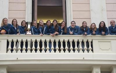 La plantilla de l'Astralpool femení saludant a la plaça Sant Roc des del balcó de l'Ajuntament   Roger Benet