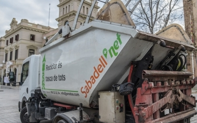 Un vehicle d'SMATSA davant de l'Ajuntament de Sabadell   Roger Benet