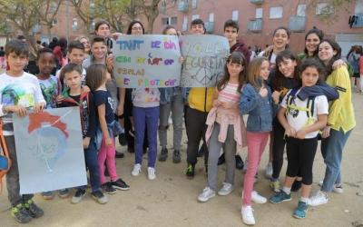 Petits i joves a la concentració en suport a l'Esplai La Baldufa | Roger Benet