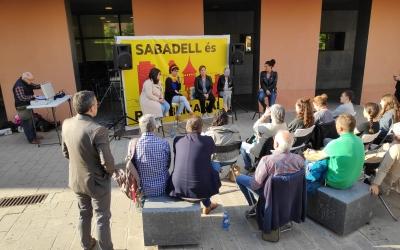 "L'acte ""Sabadell Republicana, Sabadell feminista"" davant la biblioteca Vapor Badia | Cedida"