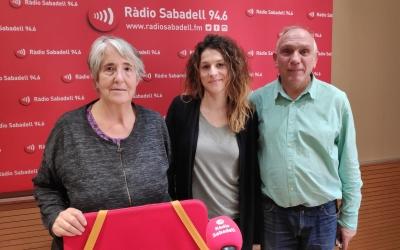 D'esquerra a dreta, Dolors Pallàs, Gemma Parellada (tècnica i coordinadora de Vida Independent a Andi) i Víctor Sastre, a l'estudi 1 de Ràdio Sabadell