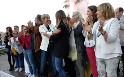 Lourdes Ciuró i Míriam Nogueras dalt de l'escenari al finalitzar l'acte | Helena Molist