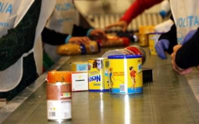 Voluntaris del Rebost recollint menjar |ACN