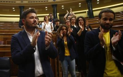 Diputats d'ERC —entre els quals, el sabadellenc Gabriel Rufián—, aplaudint els presos quan abandonaven l'hemicicle del Congrés dels Diputats | Javier Barbancho / ACN