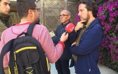 Ràdio Sabadell entrevista Navarro i Coscubiela al pati del casal Pere Quart | Sabadell en Comú