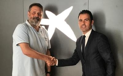 Moisés Angulo amb el director de l'Àrea de Negoci del Vallès Occidental de Caixabank, Iván Quesada | Adrián Arroyo