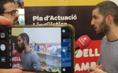 Roda de premsa de l'entitat en una fruiteria de la plaça de la Creu de Barberà | Plataforma per la Llengua