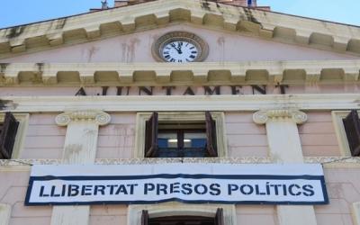 La pancarta 'Llibertat presos polítics' es manté a l'Ajuntament/ Roger Benet