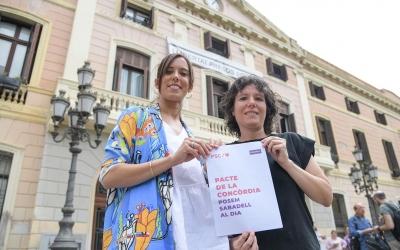 Marta Farrés i Marta Morell, amb el Pacte de la Concòrdia/ Roger Benet