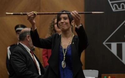 Marta Farrés ostentant la vara d'alcaldessa | Roger Benet