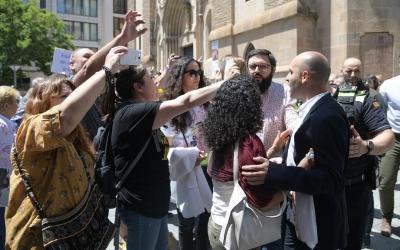 Tensió entre els regidors de Ciutadans i els manifestants | Roger Benet