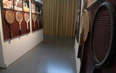L'exposició 'Raquetes Antigues' es pot visitar al casal Pere Quart. | Roger Benet