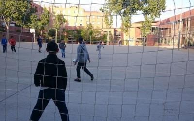 El futbol és una de les activitats dels patis oberts | Arxiu
