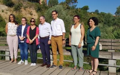 Marta Farrés i Ignasi Giménez, al centre de la fotografia, durant la visita al Ripoll