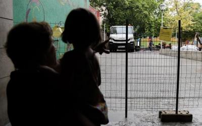 Dues usuàries mirant les obres de la plaça Fidela Renom | Roger Benet